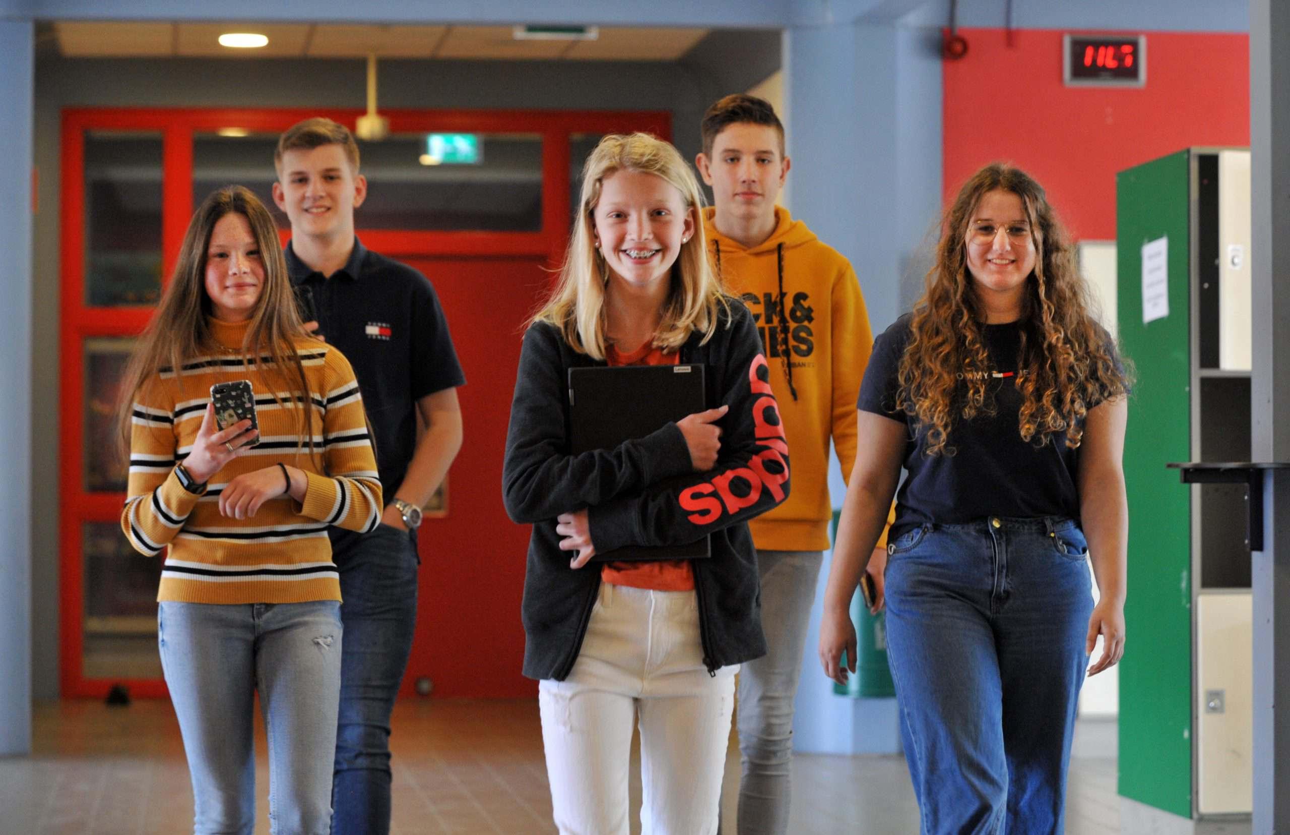 Groepje leerlingen in de gang van Winkler Prins Raadsgildenlaan 1 (2021)